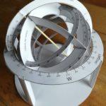 Una sfera armillare di cartoncino